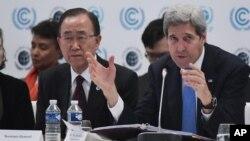 8일 존 케리 미 국무장관(오른쪽)이 프랑스 파리에서 열린 COP 21 포럼에서 발언하고 있다. 반기문 유엔 사무총장(왼쪽)도 이 포럼에 참석했다.
