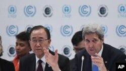 美国国务卿克里在巴黎郊外发表谈话,身旁是联合国秘书长潘基文(2015年12月8日)
