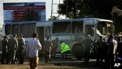 阿富汗保安人員走近遭遇炸彈襲擊的巴士進行檢查。