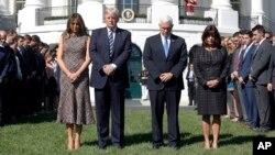 Presiden AS Donald Trump memimpin acara mengheningkan cipta di halaman Selatan Gedung Putih, Senin (2/10).
