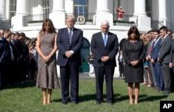Presiden Donald Trump dan ibu negara Melania Trump bersama wakil presden Mike Pence dan istrinya Karen mengheningkan cipta untuk mengenang korban penembakan Las Vegas, di Gedung Putih, Washington D.C.