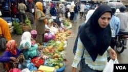 Pemerintah menjamin stok bahan pangan pokok akan cukup hingga akhir tahun.
