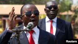 중앙아프리카의 알렉산드레 응구엔데트 대통령 대행이 14일 수도 방구이의 군부대에서 연설하고 있다.