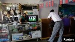지난 2013년 7월 평양의 한 가게에서 점원이 고객을 기다리고 있다.