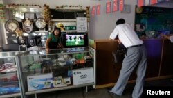 평양의 한 가게에서 점원이 고객을 기다리고 있다. (자료사진)