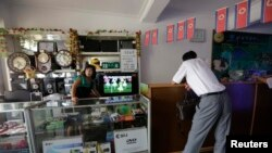 ARSIP – Seorang wanita Korea Utara menunggu pelangganan di sebuah toko (29/7/2013). Pyongyang, Korea Utara. (foto: REUTERS/Jason Lee)