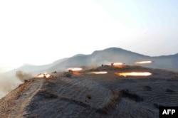 朝鲜中央通讯社2016年2月21日发布的图片显示朝鲜军事演习中发射火箭弹