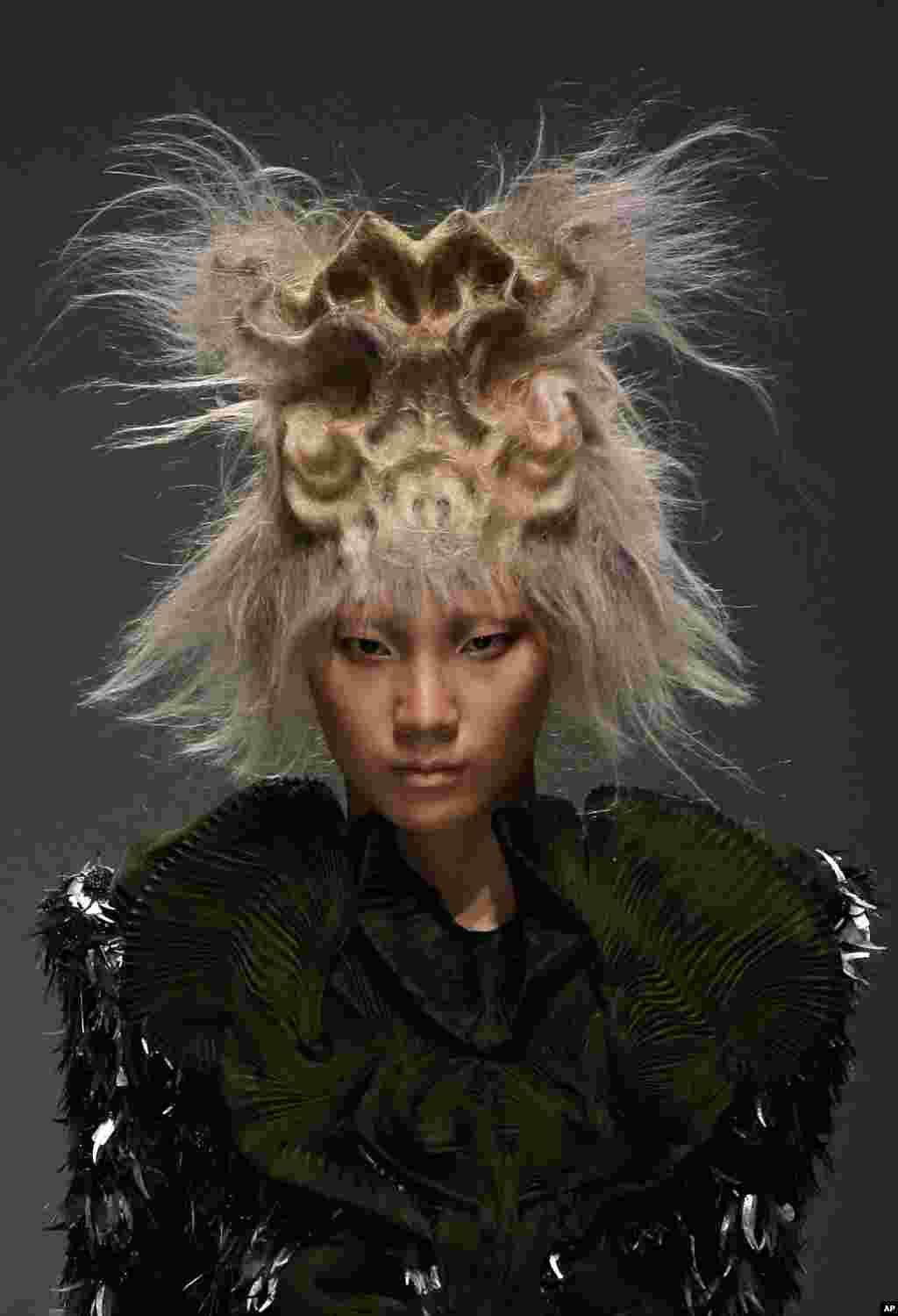 Seorang model memamerkan model rambut koleksi stylist 'Toni & Guy 2015' dalam pameran fesyen diBeijing.