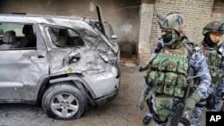 Les forces de sécurité sur le site d'un des attentats à Bagdad
