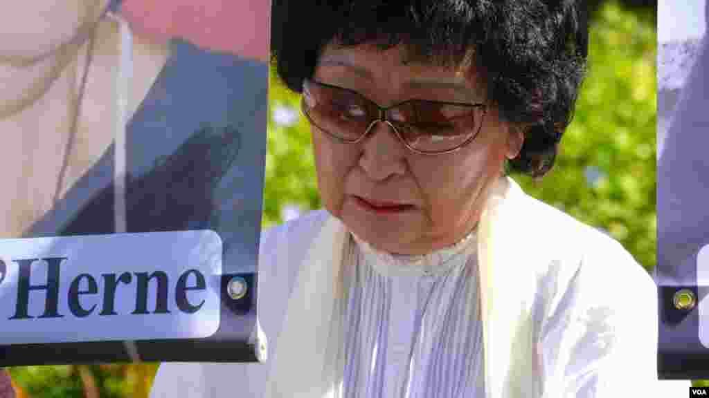 韩裔女士数度泪下(美国之音国符拍摄)