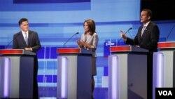 3 dari 8 kandidat Presiden dari Partai Republik yang mengikuti debat di Iowa, dari kiri: Mitt Romney, Michele Bachmann, dan Tim Pawlenty (11/8).