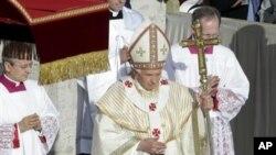 성 베드로 성당에서 시성식 행사를 진행하는 교황 베네딕토 16세(사진중앙)