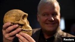 El profesor Lee Berger, sostiene el cráneo Homo naled en Johannesburgo, Sudáfrica el 9 de mayo 2017.