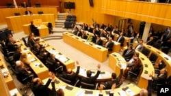 Các nhà lập pháp bỏ phiếu chống lại kế hoạch đánh thuế do các nhà cho vay quốc tế đòi hỏi, tại Nicosia, 19/3/2013
