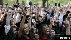 Sinh viên tốt nghiệp trường Luật Harvard reo hò khi nhận bằng tại lễ tốt nghiệp lần thứ 364 ở Cambridge, Massachusetts 28/5/2015.