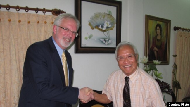 Đại sứ David Shear và Bác sỹ Nguyễn Đan Quế, người sáng lập và là chủ tịch Phong trào Nhân quyền phi bạo lực ở Việt Nam và là ứng viên giải Nobel Hoà bình 2012 tại nhà Bác sỹ Quế, 2012. BS Quế là một trong những người bị an ninh theo dõi sát sao.