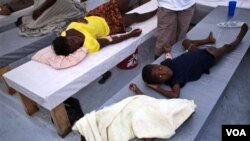 Para penderita kolera, termasuk anak-anak menjalani perawatan di sebuah rumah sakit di Haiti.