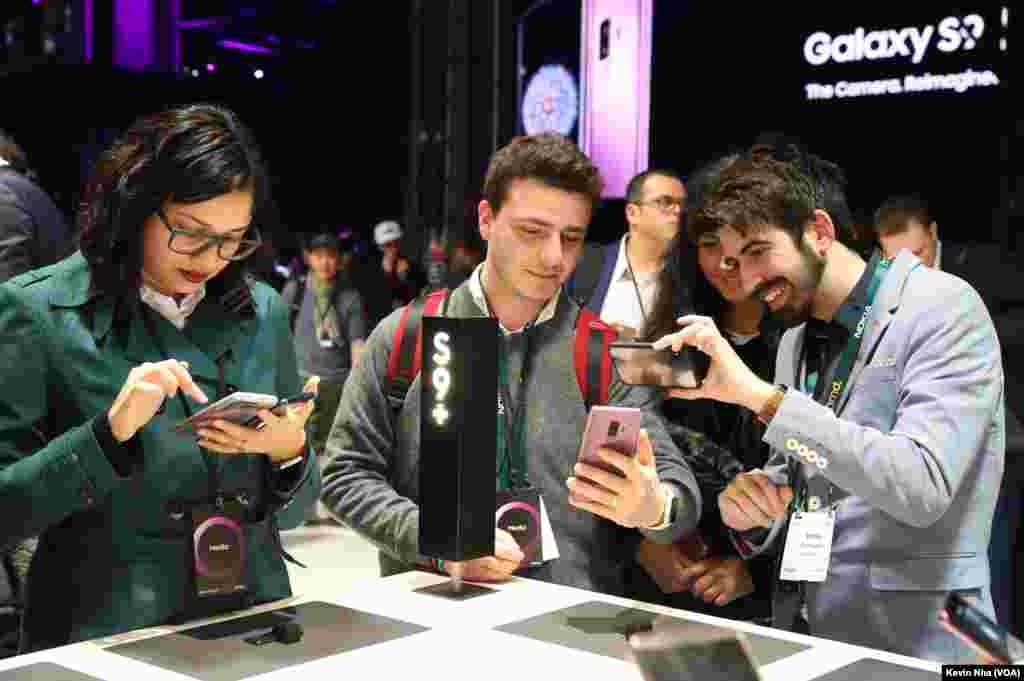 استقبال اهالی رسانه از گوشیهای گلکسی سامسونگ در کنفرانس جهانی موبایل در بارسلون.
