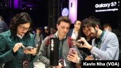 三星公司在巴塞罗那公布最新的盖乐世S型智能手机