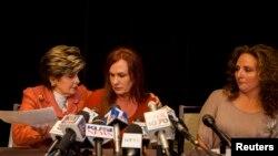 La abogada Gloria Allred,izquierda, junto a Michelle Tyler y Katherine Ragazzino cuentan a los medios de comunicación la propuesta hecha por el alcalde a la enfermera.