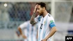 L'Argentin Lionel Messi réagit après le troisième but de la Croatie lors de la Coupe du monde 2018 à Nijni Novgorod, Russie, le 21 juin 2018.