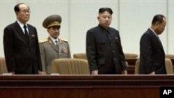 Pemimpin Korut Kim Jong-un (dua dari kanan) bersama para pejabat teras politik, pemerintah dan militer hadir dalam peringatan satu tahun wafatnya Kim Jong-il di Pyongyang (15/12).