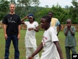 贾斯廷·希尔鲍在乌干达与学生在一起