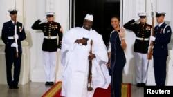 Le président de la Gambie Yahya Jammeh de la Gambie et de sa femme, Zineb Jammeh, lors d'un dîner offert par le Président américain Barack Obama, dans le cadre du sommet Etats-Unis-Afrique, à la Maison Blanche, à Washington, le 5 août 2014.