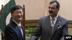 Thủ tướng Pakistan Yusuf Raza Gilani (phải) tiếp Bộ trưởng Công an Trung Quốc Mạnh Kiến Trụ khi ông đến thăm Pakistan hồi cuối tháng 9