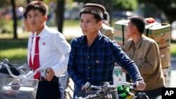 지난해 10월 북한 평양 거리에서 주민들이 자전거를 끌고 횡단보도를 건너고 있다. (자료사진)