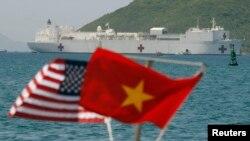Tàu bệnh viện USNS Mercy neo đậu ở biển Nha Trang, miền trung Việt Nam, 20/6/2008.