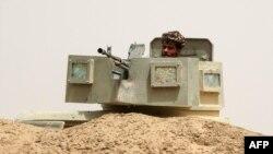 Seorang tentara pemerintah Yaman siaga dalam posisinya dalam pertempuran di provinsi Marib (foto: dok).