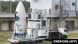 Badan Antariksa Eropa (ESA) Intermediate eXperimental Vehicle, siap diluncurkan bersama roket Vega dari pangkalan antariksa Eropa di Guyana Perancis, 30 Januari 2015.