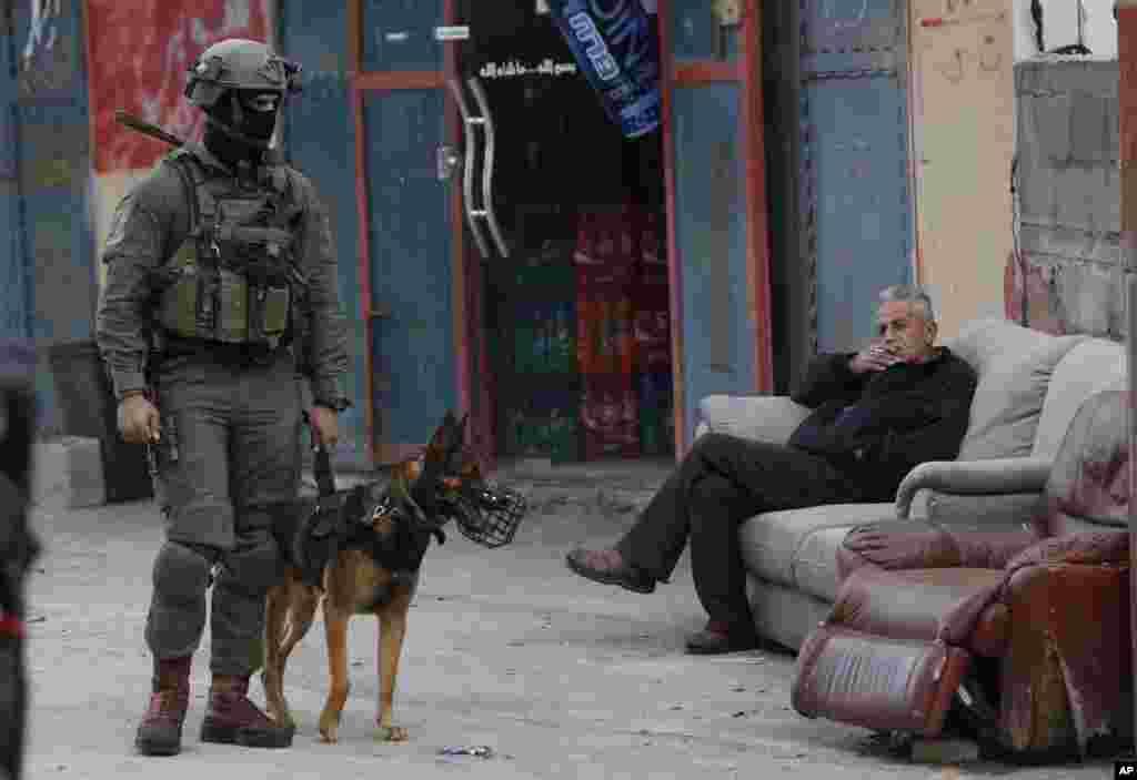 نیروهای امنیتی اسرائیل روز یکشنبه به دنبال مرد مسلحی می گردند که یک اسرائیلی را در کرانه باختری کشته و دو نفر را به شدت زخمی کرده است.
