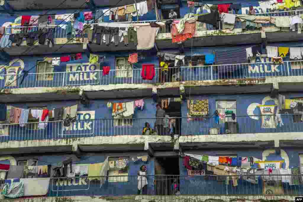 មនុស្សម្នាឈរនៅលើរានហាលនៅក្នុងតំបន់អណាធិបតេយ្យ Mathare ក្នុងក្រុងណៃរ៉ូប៊ីកាលពីថ្ងៃទី២៨ ខែតុលា ឆ្នាំ២០១៧។ ប្រទេសកេនយ៉ាកំពុងជាប់គាំងនយោបាយ ខណៈដែលការបោះឆ្នោតឡើងវិញនៅតែមិនទាន់បានធ្វើឡើងនៅក្នុងតំបន់របស់ក្រុមប្រឆាំង ហើយមនុស្សមួយចំនួនបានធ្វើការតវ៉ាដោយហិង្សាដែលធ្វើឲ្យមនុស្ស៩នាក់ស្លាប់។