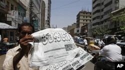星期一巴基斯坦報販叫賣登載本拉登死亡消息的報紙