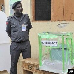 Policier de garde dans un bureau de vote de Surulere (Lagos)