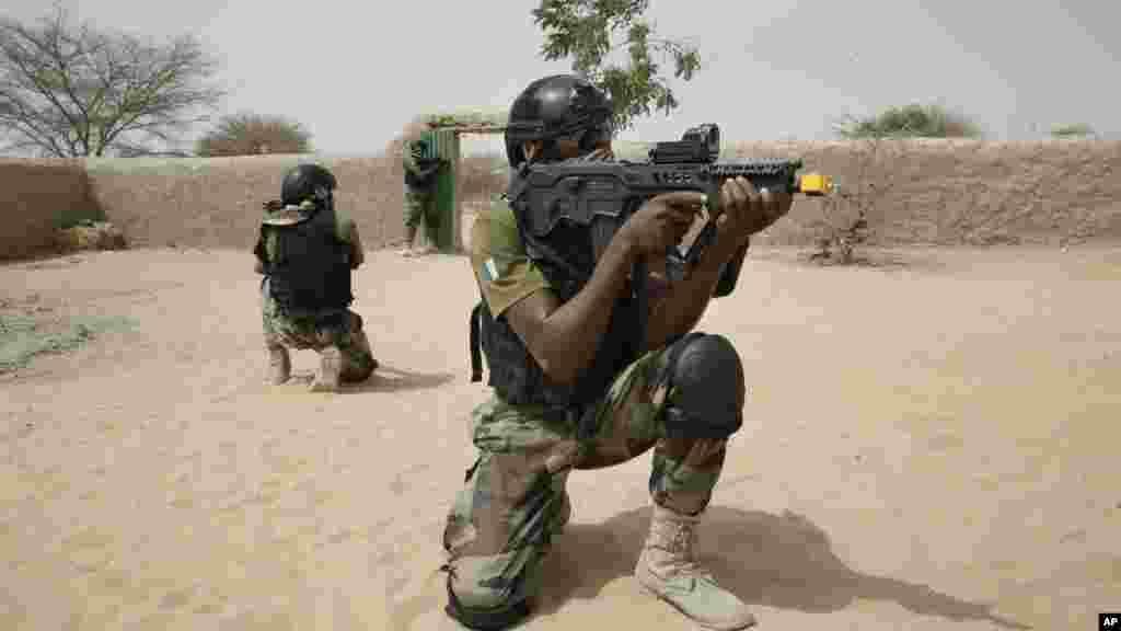 Sojojin Najeriya dake samu horas wa tun kafin 'yan Boko Haram, sun fara kai Hari Kasashen Nijar da Chadi.