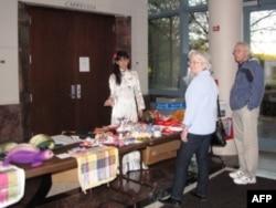 Bán hàng do các em và các người khuyết tật Nhà may mắn Việt Nam làm ra