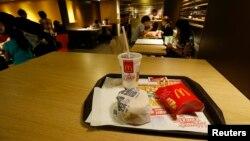 Un burger dans un McDonald à Hong Kong, le 31 juillet 2014.