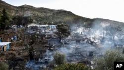 Asap mengepul dari kamp pengungsi dan migran setelah kebakaran terjadi di pulau Samos Yunani, Yunani, Senin, 2 November 2020. (Foto: AP)