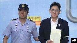 25일 서울중앙지법에서 열린 선고공판에서 징역 5년을 선고받은 이재용 삼성전자 부회장이 법정을 나서 호송차로 향하고 있다.