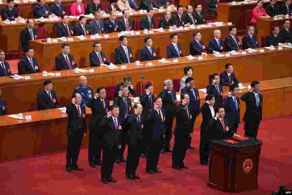 由王晨率领的中国全国人大副委员长在第十三届全国人民代表大会第一次会议第五次全体会议上宣誓就职(2018年3月17日)。人大副委员长里没有军人。