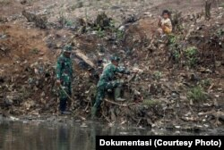 Para anggota TNI terlibat dalam program pembersihan Sungai Citarum di Bandung selatan, Jawa Barat (foto: dok)
