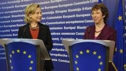 خانم کلینتون روز پنجشنبه در پی دیداری با کاترین آشتون، مسئول سیاست خارجی اتحادیه اروپا در بروکسل گفت: در حالی که اعانه دهندگان بین المللی به تلاش های امدادی در پاکستان کمک می کنند، کاملا غیر قابل قبول است که ثروتمندان کشور کاری انجام ندهند و در این تلاش س