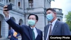台湾外长吴钊燮2020年9月18日与美国副国务卿克拉奇在台北宾馆自拍(照片来源:台湾外交部)