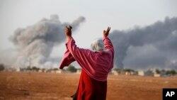 13일 터키 쪽 접경 마을인 수루크에서 바라본 시리아 쿠르드 거점 코바니에서 연합군 공습에 의한 것으로 보이는 연기가 피어오르고 있다.
