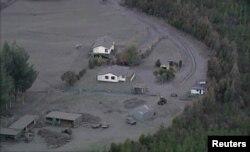 Abu dari letusan gunung Tongariro menyelimuti rumah-rumah dan lahan pertanian di Selandia Baru (7/8).