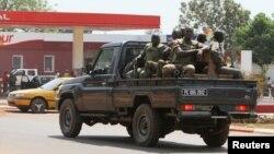 Binh sĩ thuộc Lực lượng khu vực Trung Phi tuần tra trên đường phố thủ đô Bangui, ngày 1/1/2013.