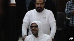 Mohammed Soltan ngồi xe lăn tại toà án ở Cairo, Ai Cập, ngày 9/3/2015.